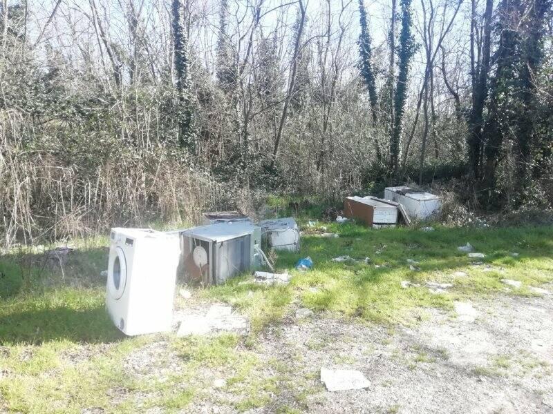Cimitero di elettrodomestici nei pressi di un sottopasso autostradale tra Pratolino e Boettola