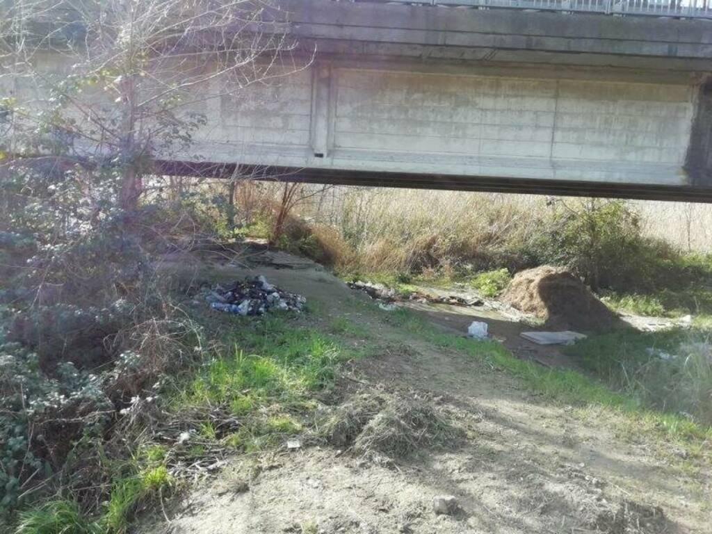 Cumuli di bottiglie sotto il ponte carrabile tra Sarzana e Romito