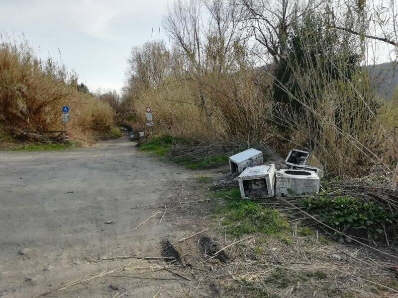 Elettrodomestici abbandonati lungo il percorso fluviale a Battifollo