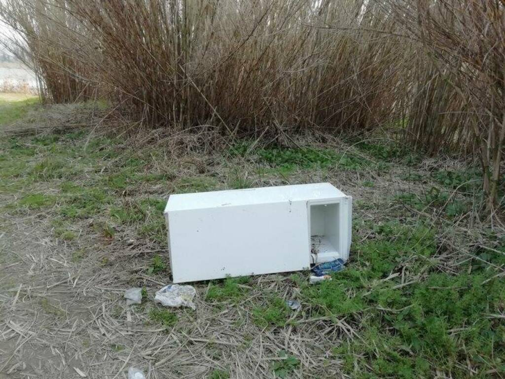 Elettrodomestici lungo il fiume a Fornola