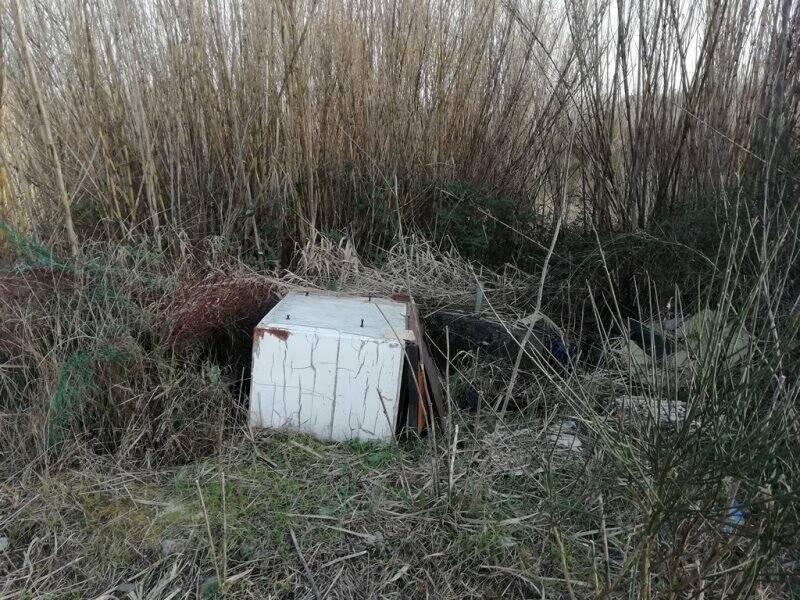 Elettrodomestico abbandonato lungo il percorso fluviale a Santo Stefano