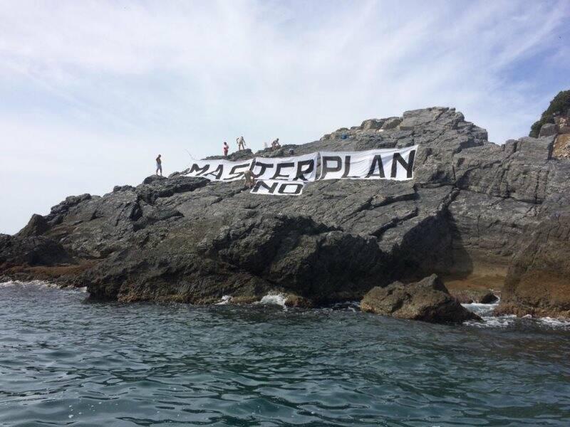 Gli attivisti su una scogliera della Palmaria