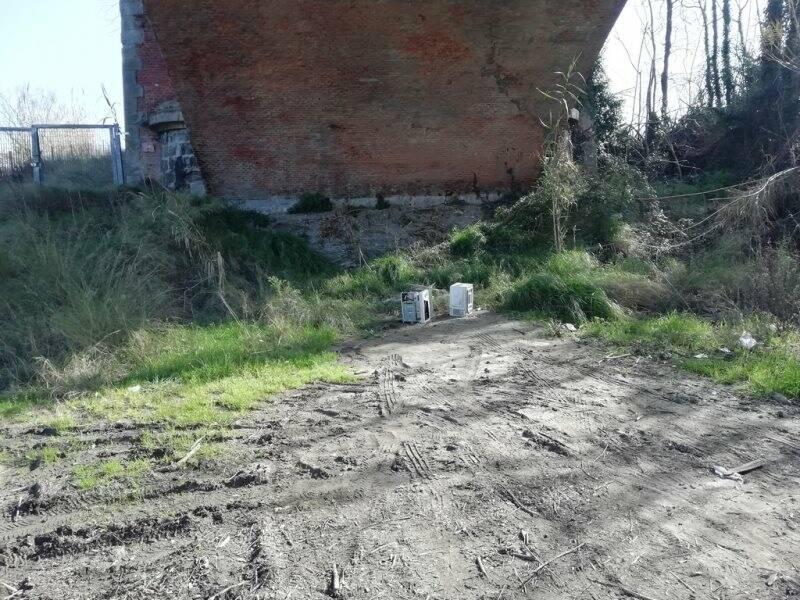 Processori abbandonati sotto il ponte ferroviario tra Sarzana e Romito