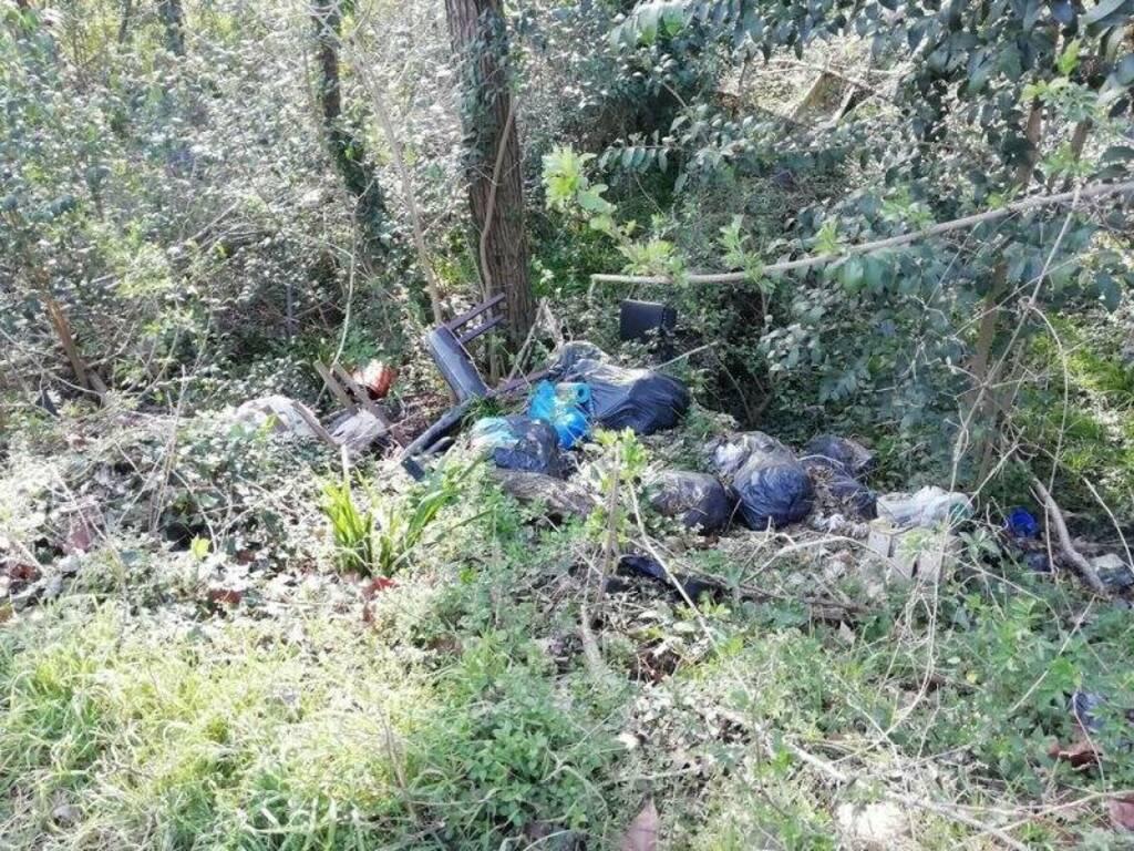 Rifiuti abbandonati lungo il percorso fluviale a Battifollo