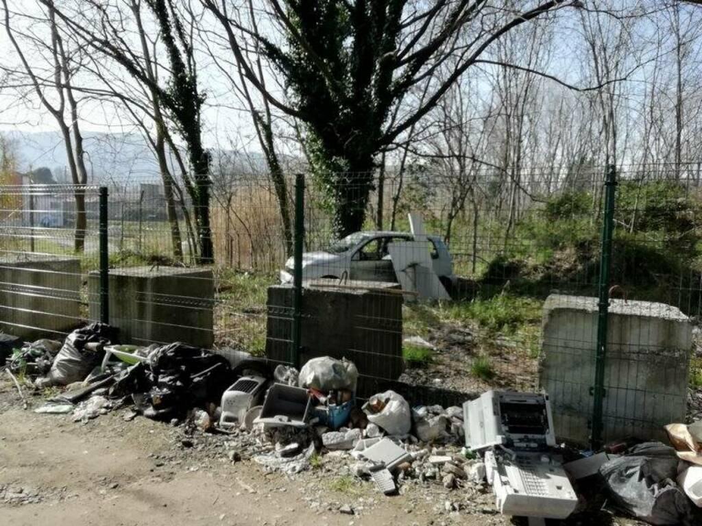 Rifiuti abbandonati poco prima di Via Pecorina, nei pressi di Battifollo