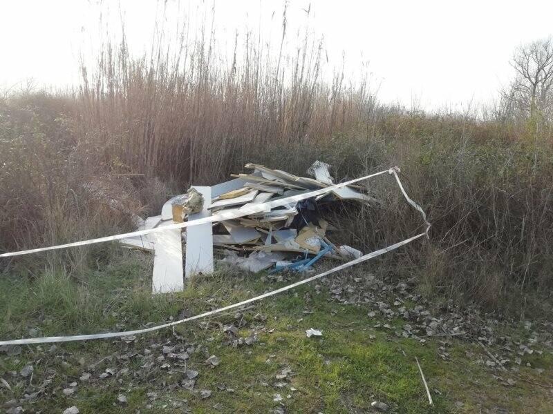 Rifiuti, presumibilmente scarti di lavorazione, lungo il percorso fluviale a Santo Stefano