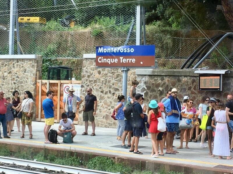 Turisti in stazione a Monterosso