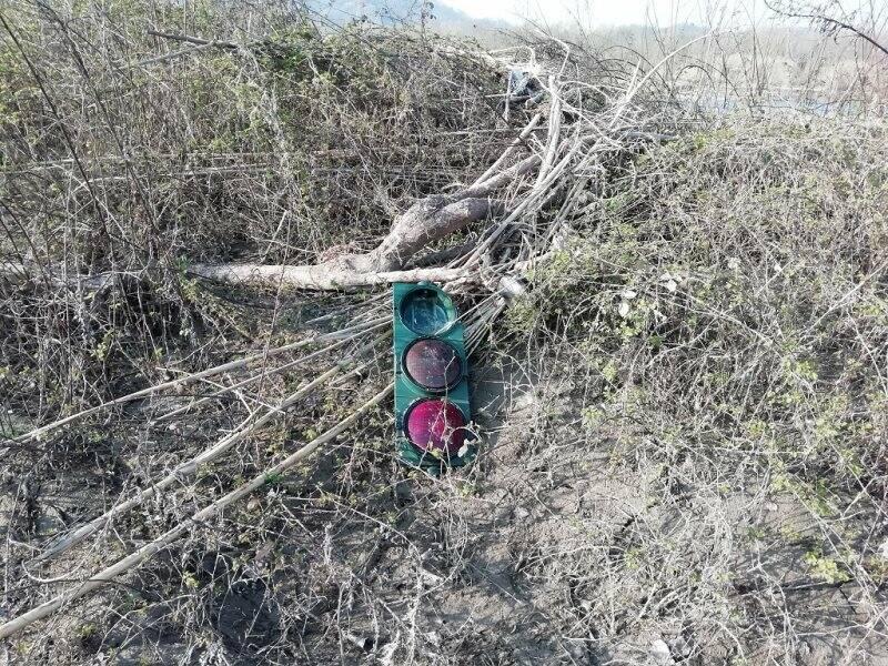 Un semaforo abbandonato sul lungofiume tra Boettola e Battifollo