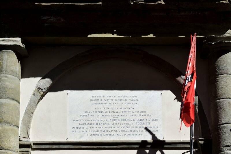 Livorno, la targa all'ingresso dei resti dell'ex teatro San Marco, dove il 21 gennaio 1921 fu fondato il Partito Comunista d'Italia (2021)