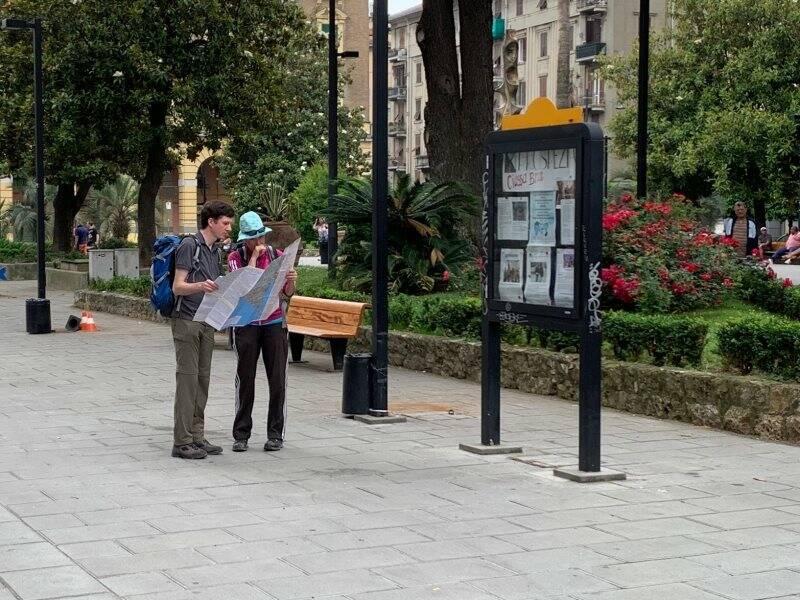 Turisti in Piazza Brin