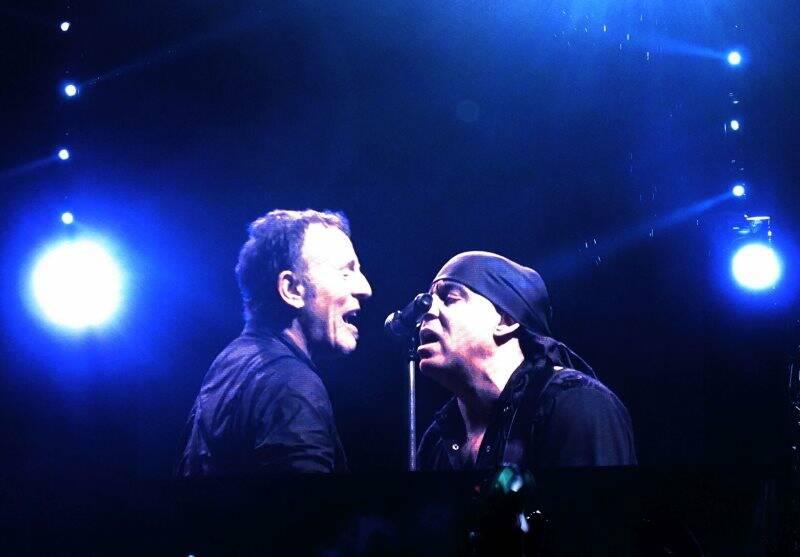 Bruce Springsteen con Steve Van Zandt della E Street Band, Napoli, piazza del Plebiscito (2013) (foto Giorgio Pagano).