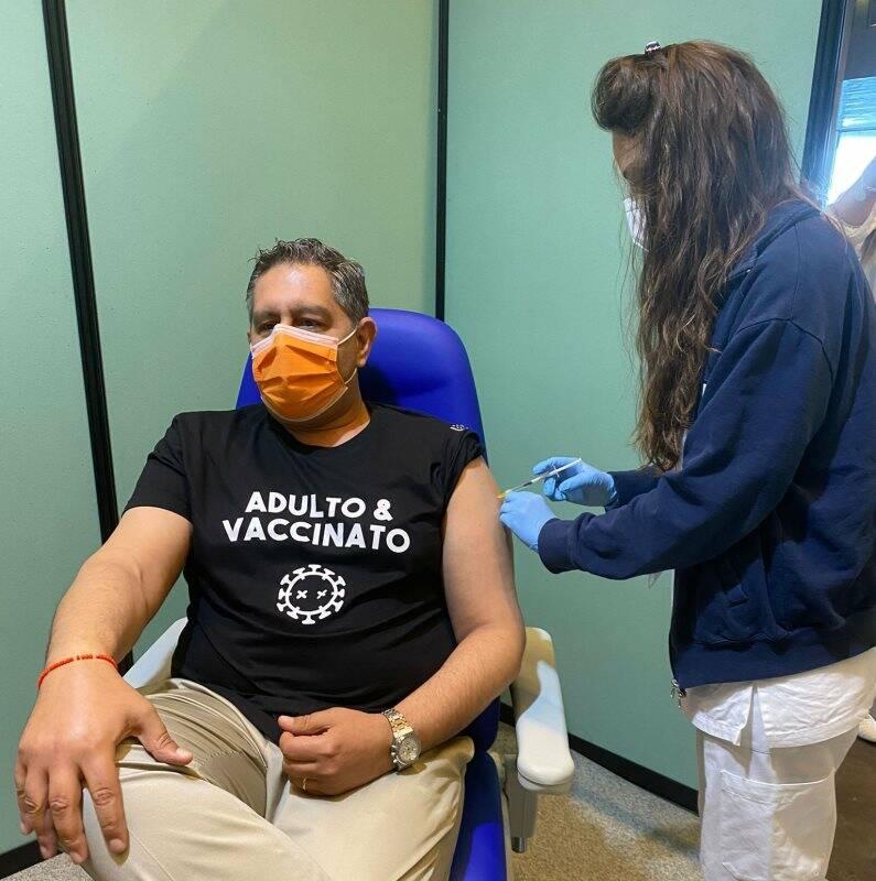 Il presidente Toti viene vaccinato