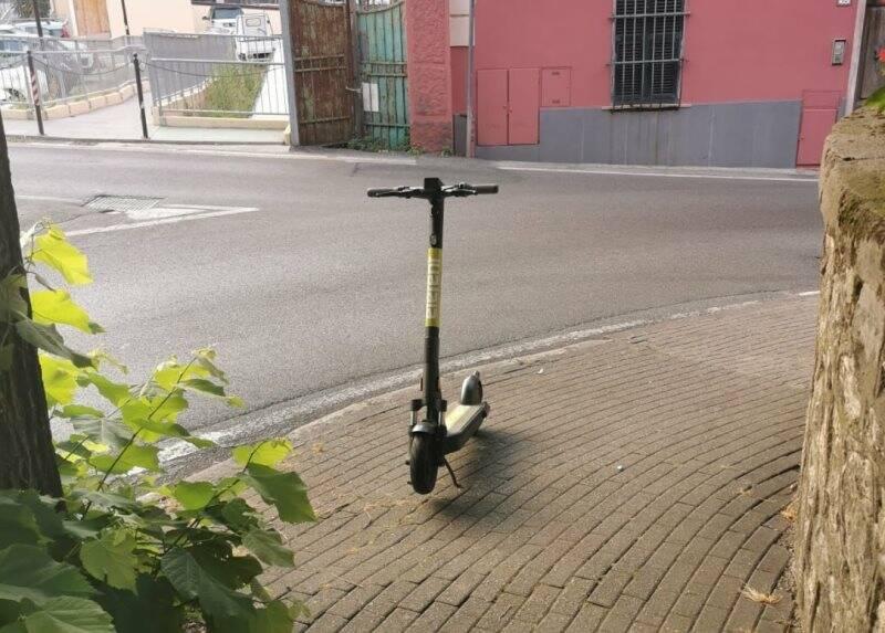 Monopattino parcheggiato a Lerici, la foto del consigliere Ratti