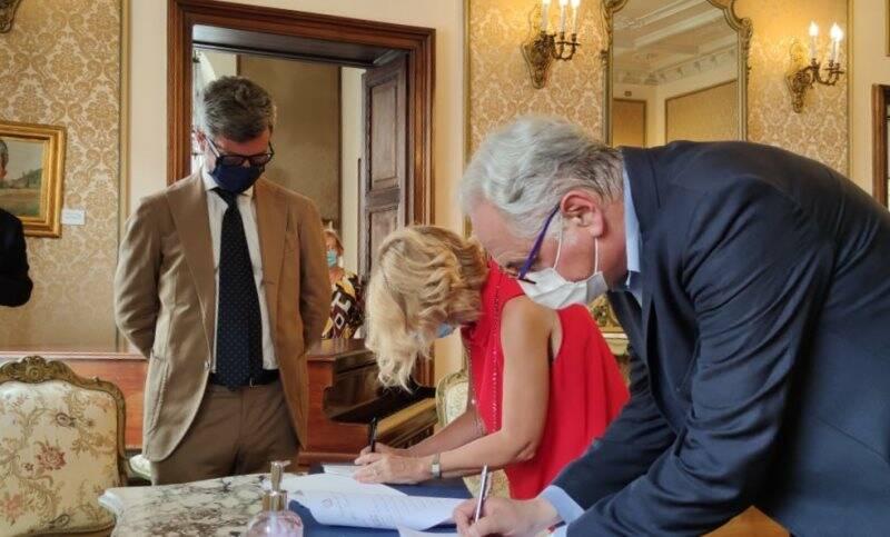 Il prefetto Maria Luisa Inversini e il presidente di Confindustria Mario Gerini firmano il protocollo sotto gli occhi del ministro Andrea Orlando