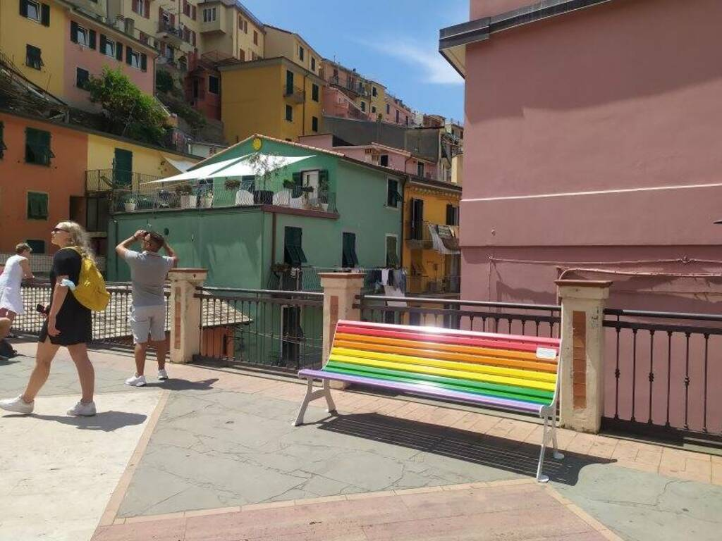 La panchina arcobaleno di Manarola