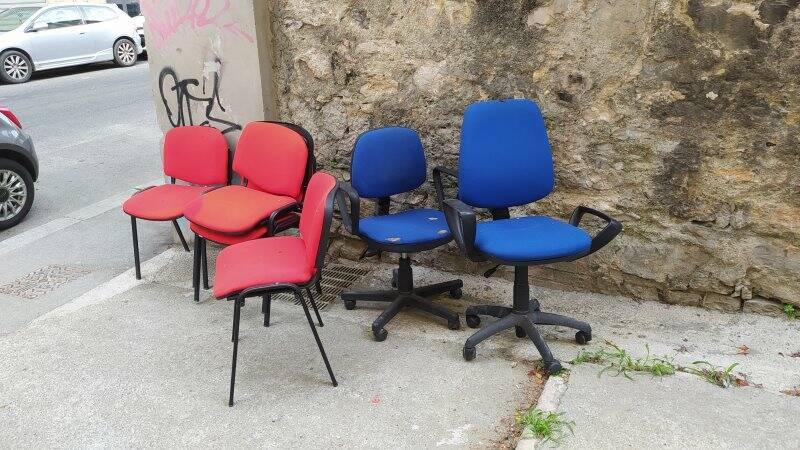 Le sedie da ufficio abbandonate in Via Anacarsi Nardi