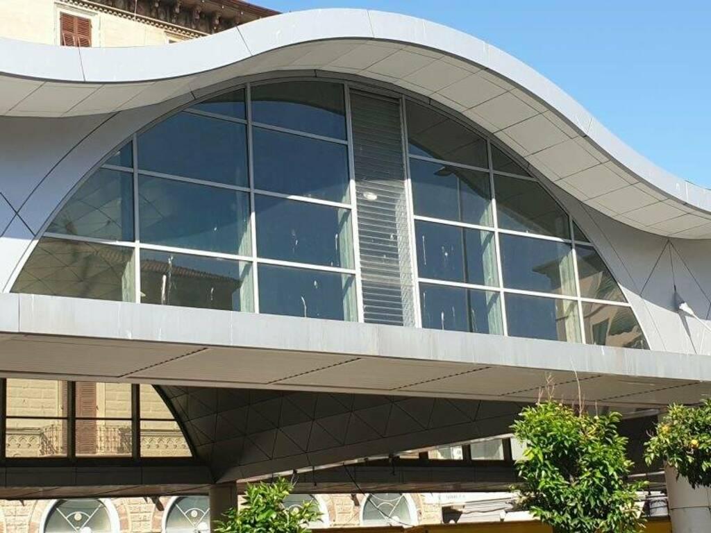 Le vetrate sporche della struttura di Piazza Cavour