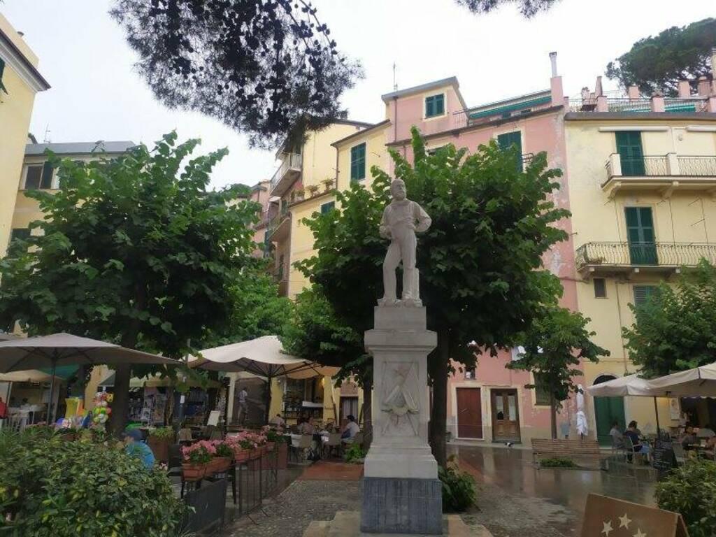Monterosso e la statua di Garibaldi danneggiata durante la notte della finale degli europei