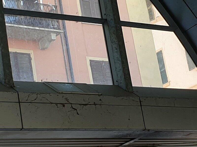 Scorci di sporcizia e degrado in Piazza Cavour