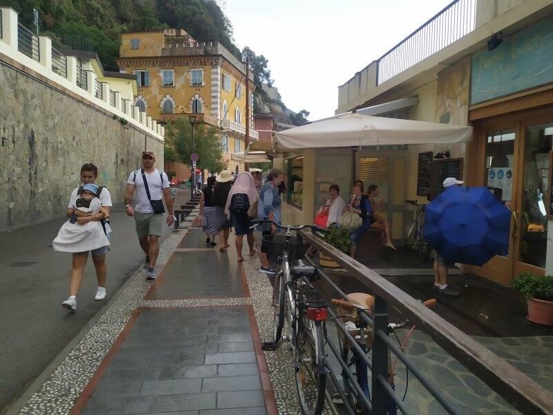 Turisti a Monterosso in un giorno di pioggia