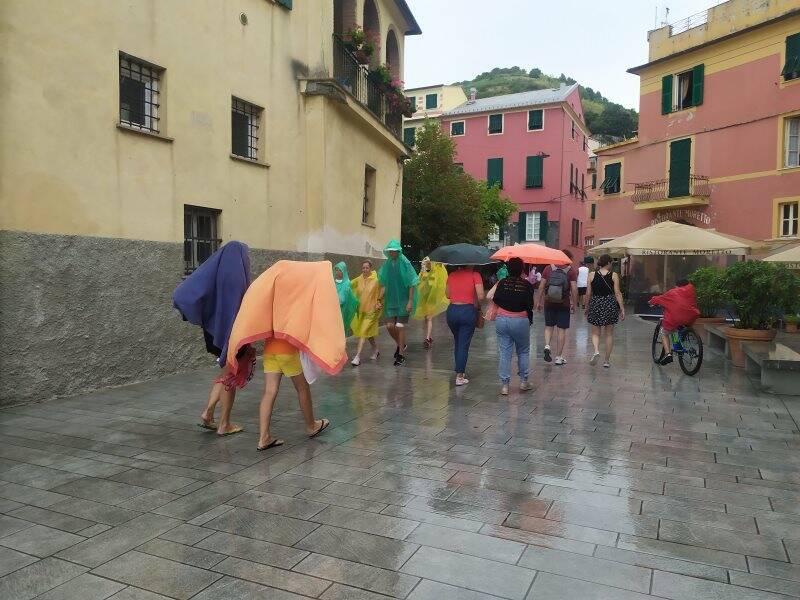 Turisti a Monterosso sotto la pioggia