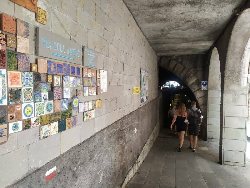 Turisti nel tunnel di Riomaggiore