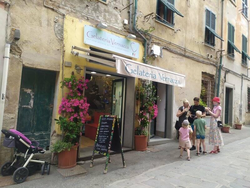 Una famiglia prende il gelato a Vernazza