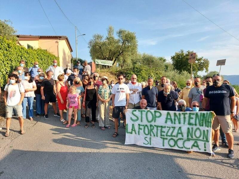 I residenti di via Fortino che si oppongono all'antenna