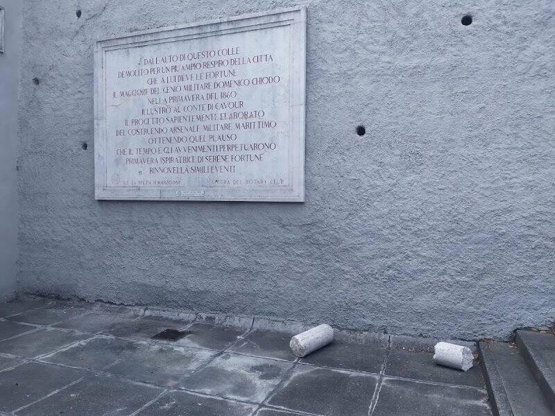 La colonna del parcheggio di Piazzale Giovanni XXII giace ai piedi della targa dedicata a Cavour