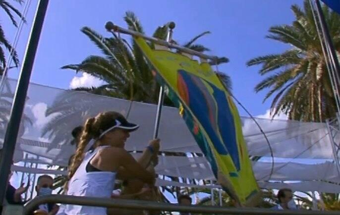Le ragazze del Fossamastra con il gonfalone per la vittoria del 96esimo Palio del Golfo