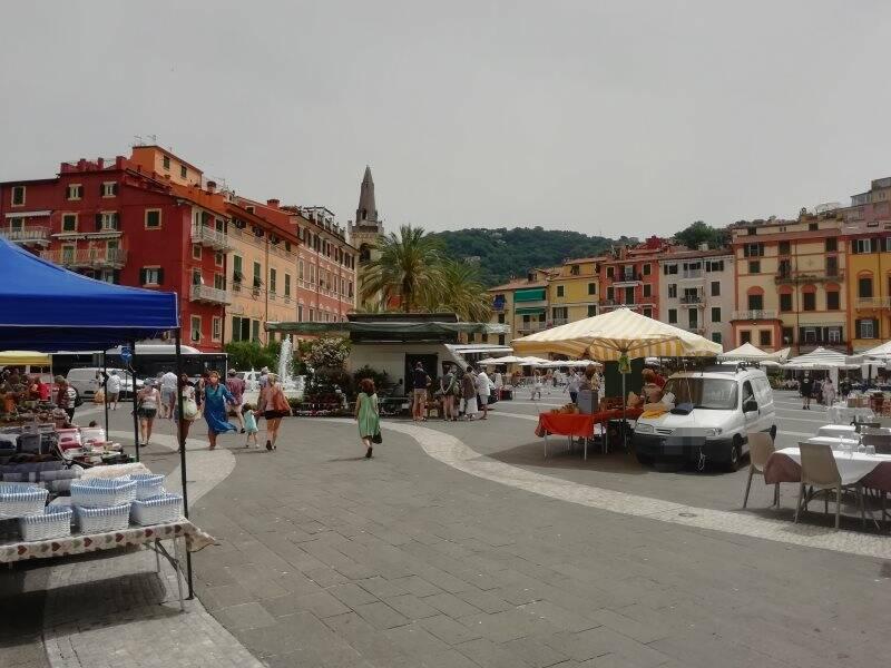 Lerici, Piazza Garibaldi nel giorno del mercato del sabato, 19 giugno 2021