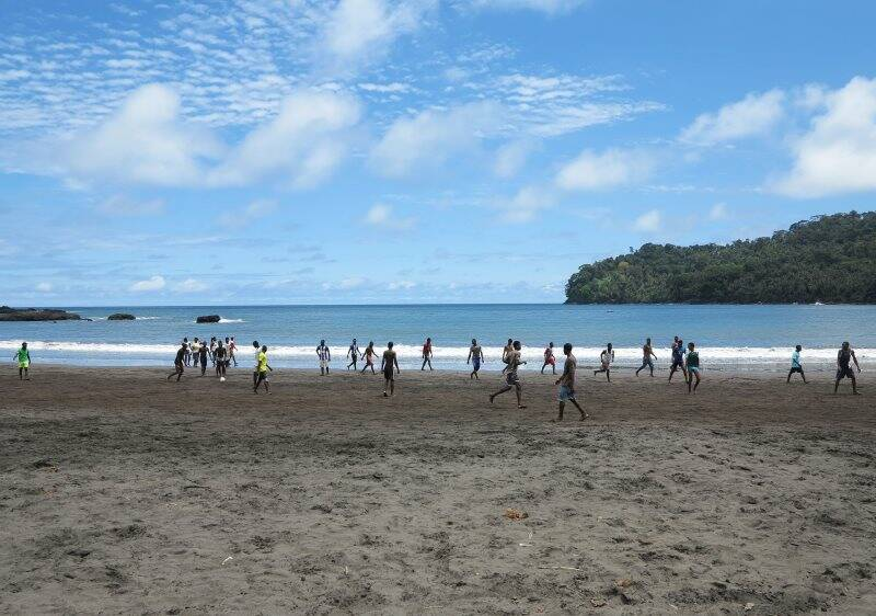 """Sao Tomé, Sao Joao das Angolares, ragazzi giocano a calcio in spiaggia, l'unico """"campo di calcio"""" della zona (2015)"""