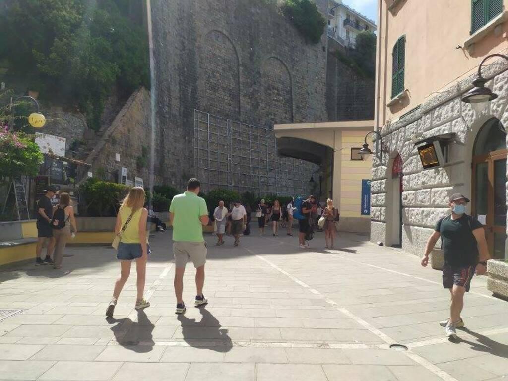 Turisti nel piazzale della stazione di Riomaggiore