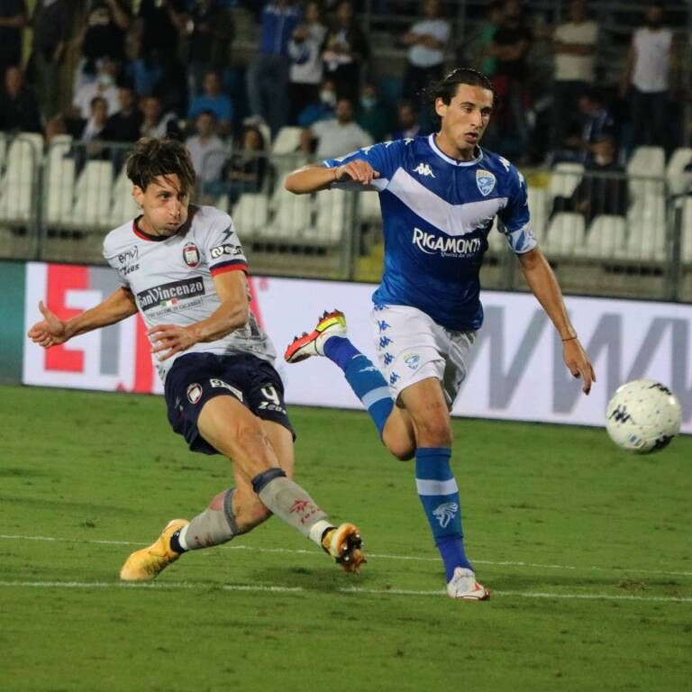 Samuele Mulattieri segna contro il Brescia. Foto dalla pagina Facebook ufficiale del Crotone